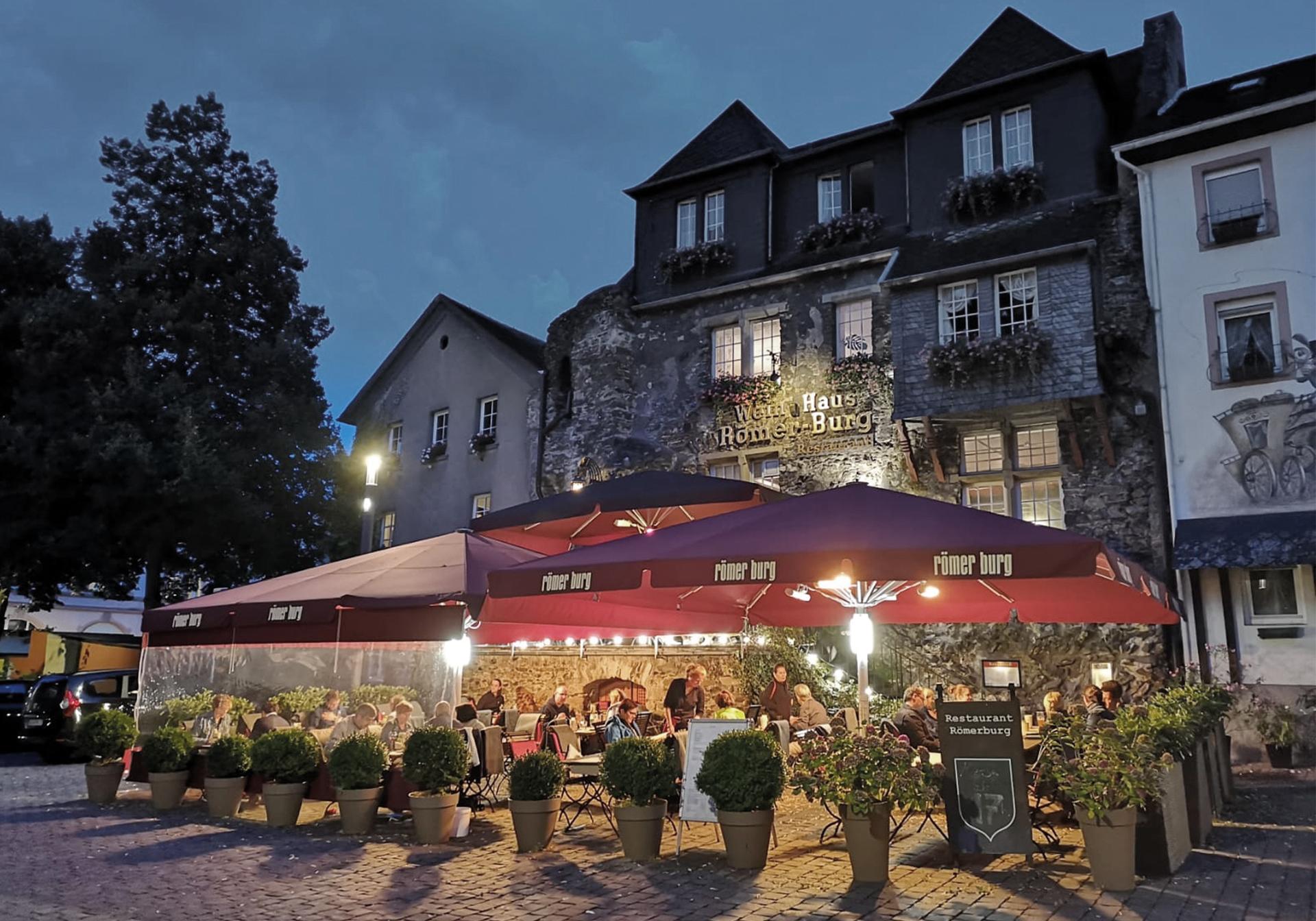 Blick auf die Roemerburg mit Außensitzplätzen
